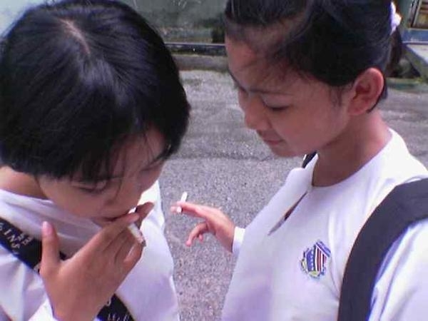 contoh penyimpangan sosial siswi merokok